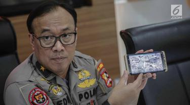Karo Penmas Divisi Humas Polri Brigjen Dedi Prasetyo menunjukan kerusakan di lokasi ledakan bom Sibolga, di Mabes Polri, Rabu (13/3). Polisi masih melakukan evakuasi dan olah TKP karena masih belum steril dari ancaman ledakan. (Liputan6.com/Faizal Fanani)