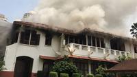 Kobaran api di rumah dinas Duta Besar RI untuk Thailand, Wisma Indonesia, di KBRI Bangkok. (AP)