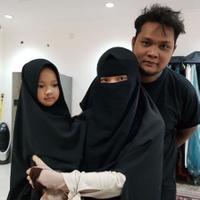 Virgoun foto bersama istrinya yang bercadar, Inara, yang sedang menggendong putrinya (Instgaram/@virgoun)