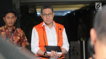 Anggota DPR F-PAN Sukiman usai menjalani pemeriksaan perdana pascapenahanan oleh penyidik di Gedung KPK, Jakarta, Jumat (16/8/2019). Sukiman diperiksa sebagai tersangka dugaan suap pengurusan dana perimbangan APBN-P 2017 dan APBN 2018 Kabupaten Pegunungan Arfak. (merdeka.com/Dwi Narwoko)