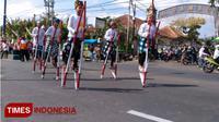 Aksi ribuan bocah pemain Egrang memenuhi jalan, memperingati HUT RI ke-73. (M Dhani Rahman/TIMES Indonesia)