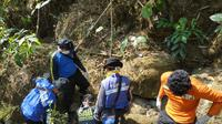 Jenazah nenek Datem ditemukan di sungai area Hutan Pinus Pengadegan, Wangon, Banyumas, Jumat (12/7/2019) usai hilang 10 hari sejak 2 Juli 2019. (Foto: Liputan6.com/Tagana BMS/Muhamad Ridlo)