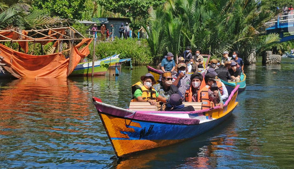 Menparekraf Sandiaga Uno dan Youtuber Atta Halilintar menyusuri sungai menggunakan perahu pada peresmian Kampung Karst Rammang Rammang, Sulawesi Selatan, Kamis (17/06/2021). Kegiatan tersebut merupakan rangkaian promosi dalam program Anugerah Desa Wisata Indonesia 2021. (Liputan6.com/HO/Parekraf)