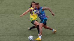 Aksi bintang sepak bola Brasil, Neymar (kanan) saat tampil dalam turnamen untuk badan amal Neymar Junior Project Institute di Praia Grande, Sao Paulo, Brasil, Sabtu (21/7). (Miguel SCHINCARIOL/AFP)
