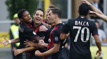 Para pemain AC Milan merayakan gol Giacomo Bonaventura (2kiri) saat melawan Sassuolo pada lanjutan Serie A di Stadion San Siro, Milan (2/10/2016).  (AP/Antonio Calanni)