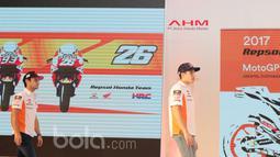 Pebalap Repsol Honda Team, Marc Marquez (kanan) dan Dani Pedrosa (kiri) tampil diatas panggung saat pada peluncuran Repsol Honda RC213V di Kemayoran, Jakarta, Jumat (3/2/2017).  (Bola.com/Nicklas Hanoatubun)