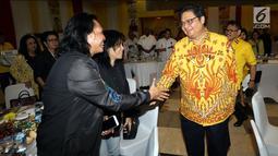 Ketua Umum Partai Golkar Airlangga Hartarto (kanan) menyalami sejumlah musisi dalam diskusi panel di Kantor DPP Partai Golkar, Jakarta, Kamis (22/2). Para musisi mengeluhkan praktik tata niaga industri yang belum berkeadilan. (Liputan6.com/JohanTallo)