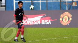 Salah satu anak SSB Asiop Apacinti terlihat serius dalam menjalani Training Camp Ayo Indonesia Bisa di Lapangan C Senayan Jakarta (Liputan6.com/Helmi Fithriansyah)