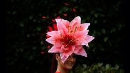 Racegoers dengan hiasan kepala berpose pada hari pertama ajang pacuan kuda Royal Ascot, Inggris, Selasa (19/6). Di acara ini para bangsawan wanita memakai topi dengan desain unik untuk meramaikan acara yang telah diadakan sejak 1711. (AP/Tim Ireland)