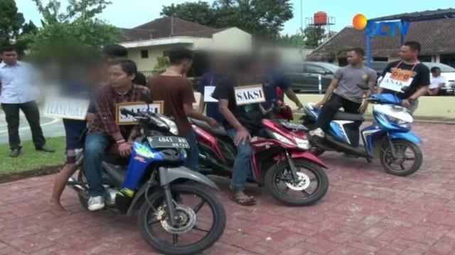 Satreskrim Polresta Bogor Kota menggelar rekostruksi pembunuhan oleh anggota geng motor terhadap dua remaja di Bogor, Jawa Barat.