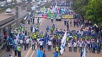 Buruh berdemonstrasi di depan Gedung Jamsostek, Jalan Gatot Subroto, Jakarta. (@TMCPoldaMetro)