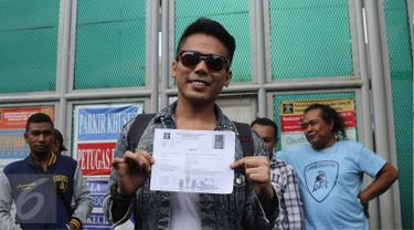 Muncikari artis, Robby Abbas menunjukan surat pembebasan dari LP Cipinang, Jakarta, Selasa (10/5). Robby yang divonis 1 tahun empat bulan penjara, dinyatakan bebas bersyarat. (Liputan6.com/Herman Zakharia)