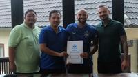 Striker baru PSIS Semarang asal Brasil, Claudir Marini (kedua dari kanan) usai penandatanganan kontrak. (Official PSIS)