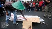 Sejumlah mahasiswa melakukan aksi blokade jalan Malioboro, Yogyakarta, Jateng, Kamis (5/11/2015). Aksi tersebut dilakukan sebagai bentuk penolakan pendirian Bandara di Temon, Kulon Progo. (Boy T Harjanto)