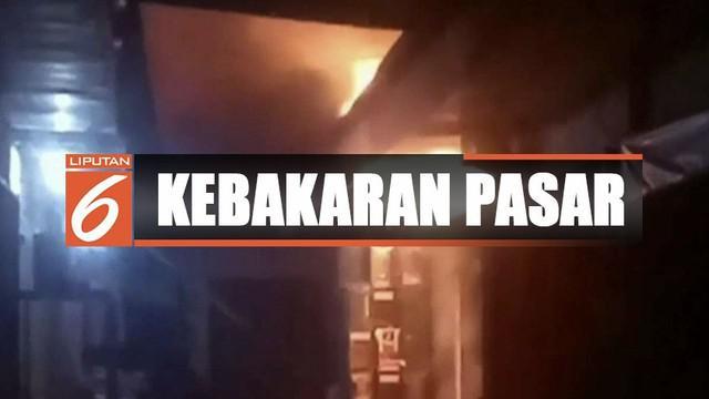 Api akhirnya berhasil dipadamkan setelah 16 unit mobil pemadam dikerahkan ke lokasi.
