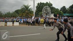 Ribuan Sopir Taksi melakukan demo di depan Istana Negara, Jakarta, Selasa (22/3). Aksi tersebut berujung ricuh karena terjadi aksi saling lempar batu antara supir taksi dengan pengemudi ojek online. (Liputan6.com/Gempur M Surya)