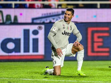 Penyerang Juventus, Cristiano Ronaldo tersenyum saat bertanding melawan Atalanta pada perempat final Coppa Italia 2018-2019 di Stadion Atleti Azzurri d'Italia, Bergamo, Rabu (30/1). Juventus kalah 3-0 dari Atalanta. (Miguel MEDINA/AFP)