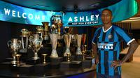 Ashley Young resmi jadi pemain Inter Milan. (Bola.com/Dok. Inter Milan)