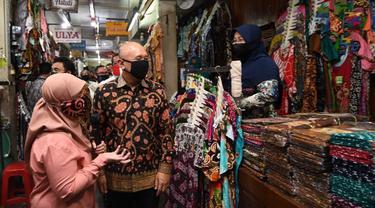 Menteri Koperasi dan UKM Teten Masduki melakukan kunjungan ke pasar Beringharjo, untuk menginvetaris dampak Covid-19. (Dok Kemenkop)