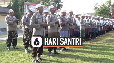 Ratusan anggota Polisi mengikuti upacara peringatan HSN di lapangan Mapolres Jombang. Uniknya, para anggota mengenakan baju dinas kepolisian yang dipadukan dengan sorban, sarung, dan peci yang merupakan ciri khas santri.