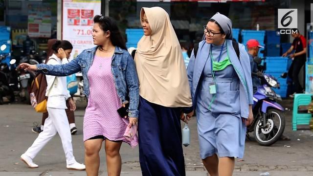Foto wanita berhijab dan biarawati menyebrang viral di media sosial.