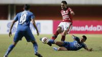 Pemain Bali United, Willian Silva Costa Pacheco (kiri), berebut bola dengan pemain Persib Bandung, Ferdinan Alfred Sinaga, dalam pertandingan Babak Penyisihan Piala Menpora 2021 di Stadion Maguwoharjo, Sleman. Rabu (24/3/2021). (Bola.com/Arief Bagus)