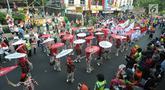 Pertunjukan payung para ibu-ibu meramaikan festival budaya Helaran 2018, Bogor, Jawa Barat, Minggu (12/8). Helaran merupakan acara puncak HUT ke-536 Bogor. (Merdeka.com/Arie Basuki)