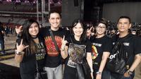 Lukman (kedua dari kiri) mengajak keluarganya hadir dan menyaksikan konser Guns N' Roses di GBK. (Liputan6.com/Edu Krisnadefa)