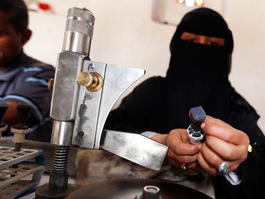 Melihat Kehidupan Wanita Yaman yang Bekerja Sebagai Pengrajin Batu Mulia