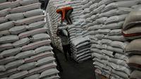 Pekerja melakukan aktifitas pengangkutan beras di Pasar Induk Beras Cipinang, Jakarta, Selasa (24/2/2015). Harga beras sejak 9 Februari 2015 melonjak hingga 30 persen, hal ini disebabkan belum meratanya panen di daerah produsen. (Liputan6.com/Johan Tallo)