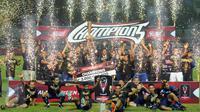 Pemain Arema FC merayakan gelar juara Piala Presiden 2017 usai mengalahkan PBFC di laga final di Stadion Pakansari, Kab Bogor, Minggu (12/3). Arema menang 5-1 dan berhasil merengkuh trofi Piala Presiden. (Liputan6.com/Helmi Fithriansyah)