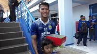 Bek kanan Persib Bandung, Henhen Herdiana, merayakan ulang tahun ke-23. (Bola.com/Erwin Snaz)