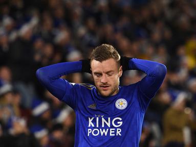 Striker Leicester, Jamie Vardy, tampak kecewa usai ditahan imbang Norwich pada laga Premier League di Stadion King Power, Leicester, Sabtu (14/12). Kedua klub bermain imbang 1-1. (AFP/Oli Scarff)