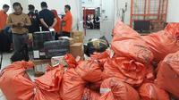 Puluhan paket Tabloid Indonesia Barokah ditahan di PT Pos Indonesia kantor Merdeka Palembang (Liputan6.com / Nefri Inge)