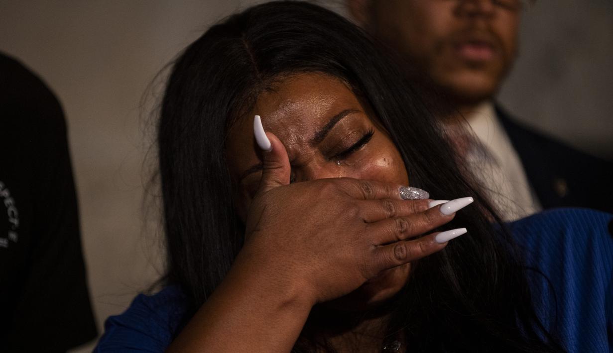 Roxie Washington, ibu dari anak perempuan George Floyd, Gianna Floyd, berbicara pada konferensi pers di St. Paul, Minnesota, Selasa (2/6/2020). Dengan berlinang air mata, Roxie Washington berduka karena kehilangan Floyd dan sang anak yang sudah tidak memiliki ayah. (Stephen Maturen/Getty Images/AFP)