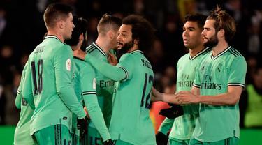 Pemain Real Madrid merayakan gol rekan setimnya, Brahim Diaz ke gawang Unionistas de Salamanca pada pertandingan babak ke-32 besar Copa del Rey 2019-2020 di Pistas del Helmantico, Rabu (22/1/2020). Madrid harus berjuang keras untuk menang 3-1 atas tim divisi tiga, Unionistas. (JAVIER SORIANO/AFP)