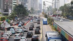 Kendaraan melintas di Jalan Jenderal Sudirman, Jakarta, Minggu (14/10). Kepala BPTJ Bambang Prihantono membenarkan sistem ganjil genap diperpanjang hingga 31 Desember 2018. (Liputan6.com/Immanuel Antonius)