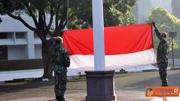 Citizen6, Cilangkap: Asisten Teritorial (Aster) Panglima TNI Mayjen TNI S. Widjonarko menjadi irup dalam upacara bendera tujuh belasan di Lapangan Upacara Mabes TNI Cilangkap, Jakarta Timur, Senin (21/5). (Pengirim: Badarudin Bakri)
