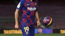 Penyerang baru Barcelona, Martin Braithwaite menjuggling bola selama presentasi dirinya di Barcelona, Spanyol (20/2/2020). Barcelona mengonfirmasi bahwa transfer ini memakan dana yang cukup kecil. Mereka hanya membayar sebesar 18 juta Euro ke Leganes untuk transfer Braithwaite. (AFP/Josep Lago)