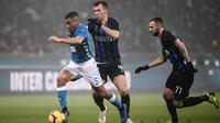 Ivan Perisic dan Marco Brozovic berusaha mengejar Allan pada laga Inter Milan melawan Napoli. (AFP/Marco Bertorello)