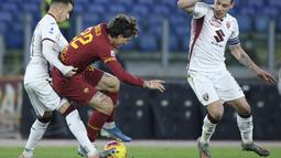 Gelandang AS Roma, Nicolo Zaniolo, berebut bola dengan gelandang Torino, Sasa Lukic, pada laga Serie A Italia di Stadion Olimpico, Roma, Minggu (5/12). Roma kalah 0-2 dari Torino. (AFP/Filippo Monteforte)