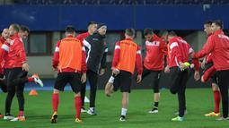 Para pemain Timnas Albania menjalani sesi latihan pemanasan di bawah arahan pelatih fisiknya. (Bola.com/Reza Khomaini)