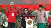 Ketua Umum PDIP, Megawati Soekarnoputri didampingi pasangan calon gubernur dan wakil gubernur Jawa Tengah, Ganjar - Yasin saat apel siaga di Stadion Manahan Solo/(Liputan6.com/Fajar Abrori)