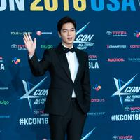 Sudah tak perlu diragukan lagi ketampanan dari Lee Min Ho. Aktor kelahiran 22 Juni 1987 itu terlihat begitu gagah dan berkarisma saat mengenakan jas. (Foto: soompi.com)