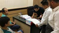 Polisi serahkan dua tersangka korupsi dana desa ke Kejaksaan Negeri Kepulauan Meranti. (Liputan6.com/M Syukur)