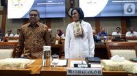 Menteri Keuangan Sri Mulyani (kanan) menyapa peserta saat mengikuti rapat kerja dengan Komisi XI DPR RI di Gedung Nusantara I, Jakarta, Senin (4/11/2019). Ini merupakan rapat perdana Menkeu dengan Komisi XI DPR RI. (Liputan6.com/JohanTallo)