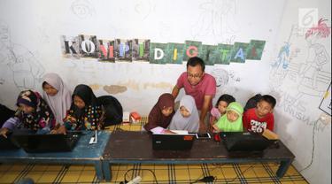 Penggagas Kebumen Desa Digital, Wahyu Yoga Pratama memberikan pelatihan internet kepada anak-anak, di Desa Tambakprogaten, Kabupaten Kebumen, Jawa Tengah, Minggu (6/5). (Liputan6.com/Fery Pradolo)