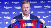 Pelatih baru Barcelona, Ronald Koeman, berpose saat acara perkenalan di Barcelona, Rabu (20/8/2020).  Koeman resmi menjadi pelatih Barcelona untuk dua tahun kedepan. (AP/Joan Monfort)