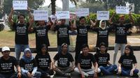 Aktivis menunjukkan pesan tuntutan saat menggelar aksi #BersihkanIndonesia di depan Istana Merdeka, Jakarta, Senin (19/8/2019). Aktivis menyerukan kebebasan hakiki dari kerusakan lingkungan dengan meninggalkan sumber energi fosil beralih ke energi bersih terbarukan. (Liputa6.com/Angga Yuniar)