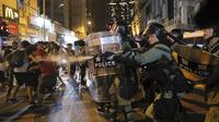 Polisi Hong Kong menembakan gas air mata ke kerumunan demonstran (AP/Kin Cheung)